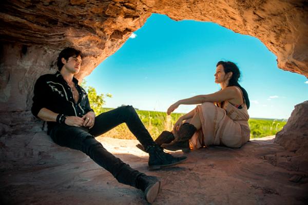 Sergio Guiz\u00e9 e Bianca Bin em cena de O Outro Lado do Para\u00edso, que fez crescer em mais de 80% a busca por viagens a Tocantins.