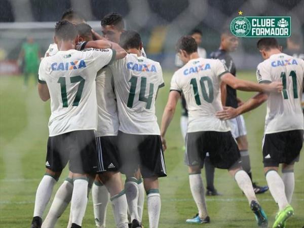 Jogadores do sub-20 do Coritiba comemoram gol