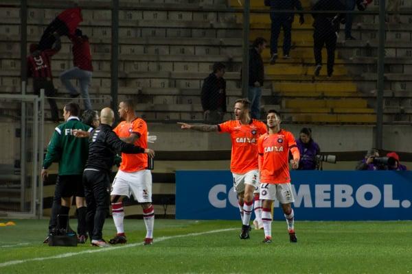 L\u00e9o Pereira comemora gol