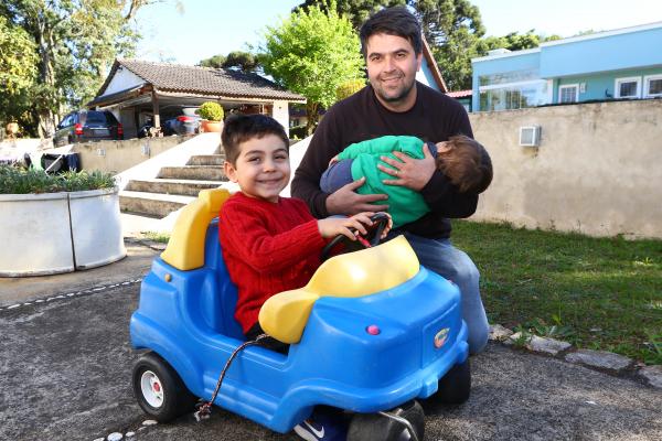 """""""Daniel e seus filhos Vitor e Jo\u00e3o (no colo): \u201cSomos muito juntos\u201d"""""""
