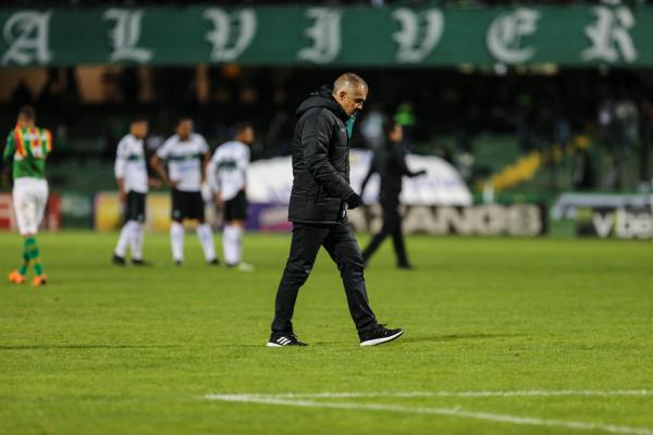 Após empate, Coritiba demite técnico, diretor, gerente e auxiliar