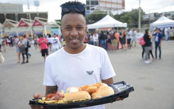 Emerson Farias comprou um barco de hamburguer na feira