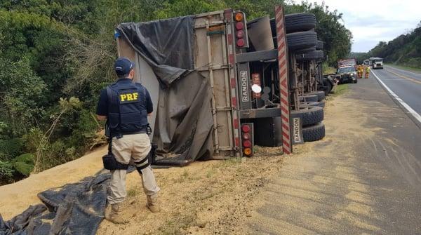 Motorista do caminh\u00e3o perdeu o controle do ve\u00edculo em curva fechada.