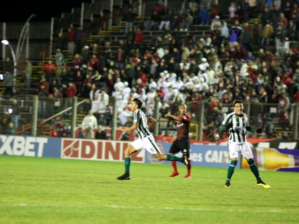 Guilherme Parede comemora gol sobre o Brasil, em Pelotas
