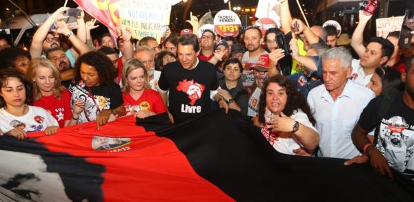 """""""Haddad, em caminhada no Centro de Curitiba, hoje:\"""" A defesa do Lula \u00e9 mais importante do que qualquer estrat\u00e9gia eleitoral\"""""""""""