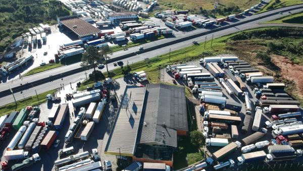 Descontentes, caminhoneiros prometem parar depois deste feriado; entidades tentam evitar