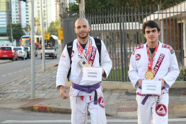 Rafael e Andr\u00e9 nos sinaleiros de Curitiba