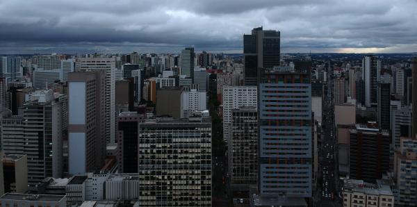 """""""Cena comum neste inverno em Curitiba: c\u00e9u cinzento"""""""