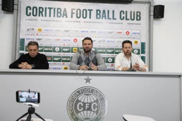 Paulo Pelaipe (diretor de futebol), Samir Namur (presidente) e Argel Fucks (t\u00e9cnico)