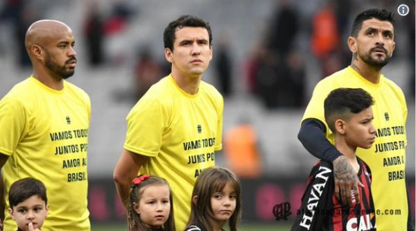 30842ae0c7 Atlético-PR entra em campo com mensagem política na Arena  Petraglia apoia  Bolsonaro