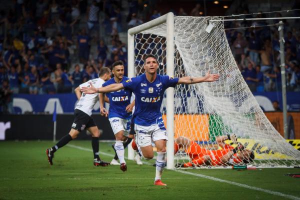Thiago Neves comemora o gol do Cruzeiro