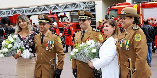 """""""O coronel Edmilson Barros (\u00e0 esquerda) \u00e9 o novo comandante: na corpora\u00e7\u00e3o desde 1986"""""""
