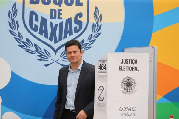 Sergio Moro é aplaudido por eleitores ao votar no Duque de Caxias