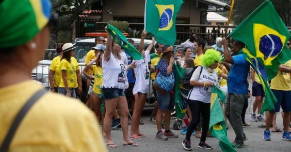 Resultado de imagem para Mega manifestação em frente ao condomínio de Bolsonaro -
