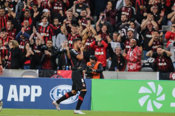 Renan Lodi comemora gol do Atl\u00e9tico sobre o Fluminense