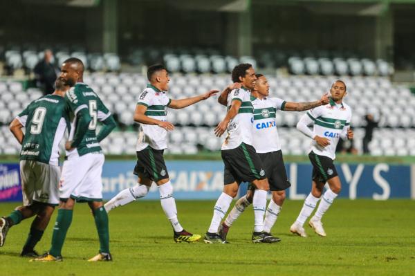 Jogadores do Coritiba comemoram o gol contra o Goi\u00e1s