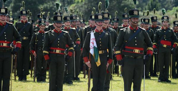"""""""Desfile de soldados do Ex\u00e9rcito durante a solenidade de troca de comando da 5\u00aa Divis\u00e3o: uniformes hist\u00f3ricos da tempo do Imp\u00e9rio"""""""