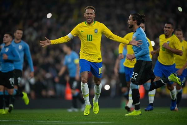 """""""Neymar comemora o gol diante do Uruguai: 60\u00ba gol pela sele\u00e7\u00e3o"""""""