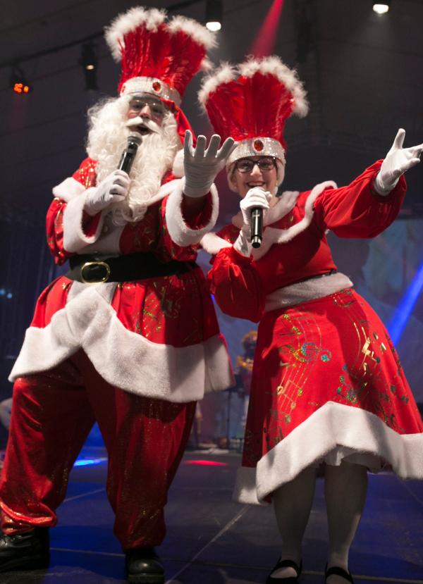 Papai e Mam\u00e3e Noel cantam m\u00fasicas brasileiras no espet\u00e1culo Casa de Noel