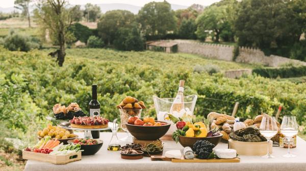 Os h\u00f3spedes poder\u00e3o dsaborear os pratos criado pelo Chef Executivo Yoric Ti\u00e8che que incluem charcutaria e queijos locais, terrina de lagosta e outras delicias