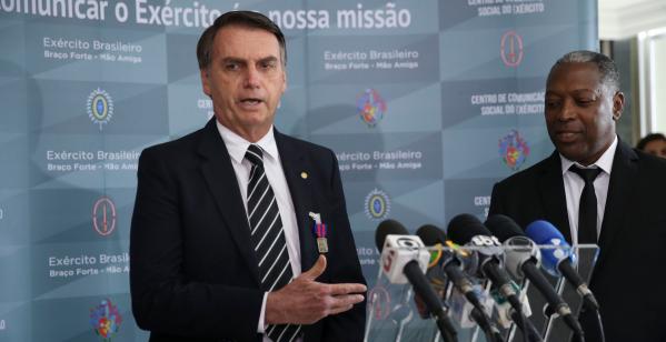 """""""Bolsonaro: \""""N\u00e3o foram R$ 24 mil, foram R$ 40 mil. Se o Coaf quiser retroagir um pouquinho mais, vai achar os R$ 40 mil\"""""""""""