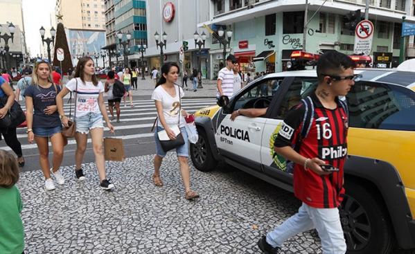 Quem deixou para a \u00faltima hora vai encontrar muito movimento nos centros comerciais de Curitiba