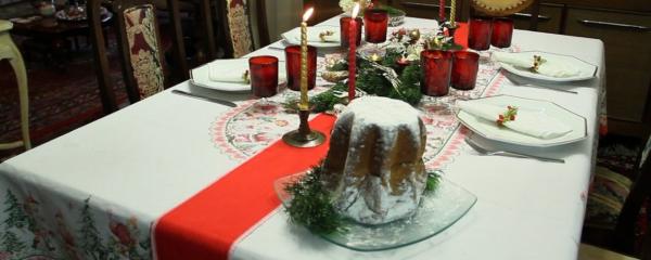 """[""""Op\u00e7\u00e3o para deixar a mesa com cara de Natal \u00e9 apostar em enfeites e velas verdes e vermelhos""""]"""