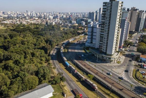 Linha f\u00e9rrea corta v\u00e1rios bairros de Curitiba e de cidades vizinhas