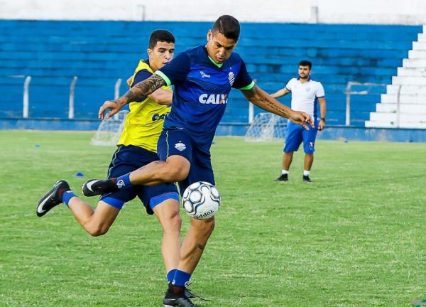 O zagueiro Matheus Lopes, em treino do CSA