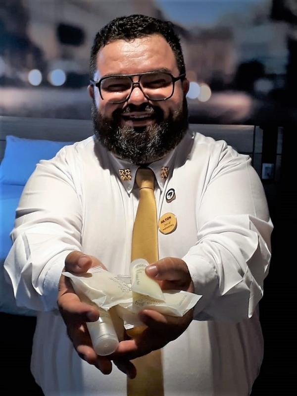 O concierge do primeiro Novotel do Paran\u00e1, Ailton Moura