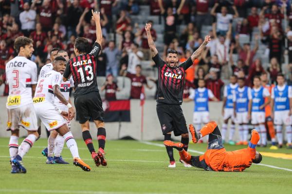 Paulo Andr\u00e9 e Lucho comemoram gol do Atl\u00e9tico