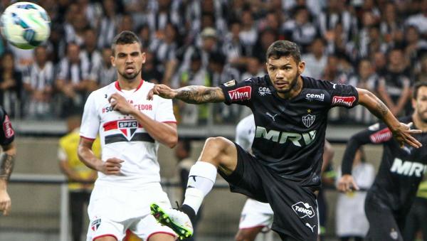 Carlos (\u00e0 direita), em jogo do Atl\u00e9tico-MG