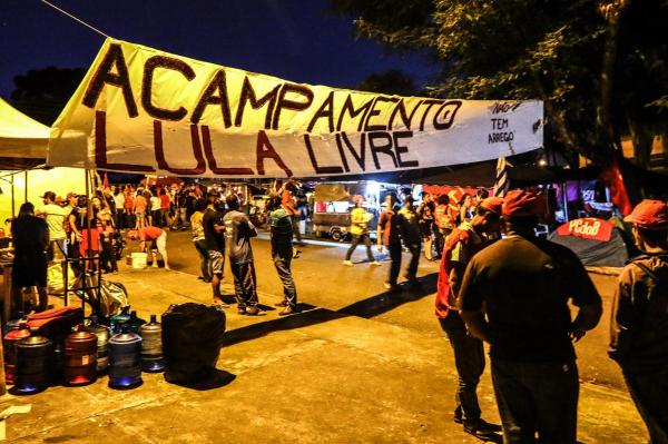 Acampamento em frente \u00e0 sede da Pol\u00edcia Federal em Curitiba