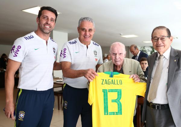 Zagallo recebe camisa da sele\u00e7\u00e3o das m\u00e3os de Tite