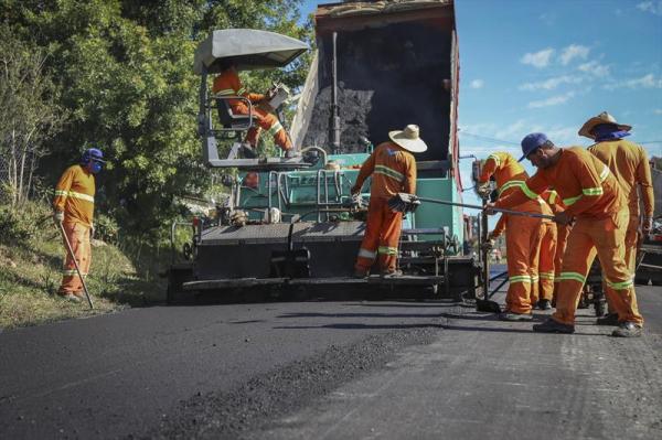 Obras de pavimenta\u00e7\u00e3o em Curitiba