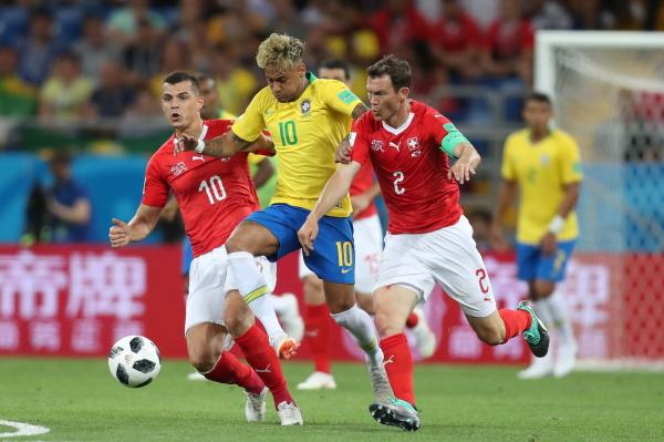 """""""Neymar tenta passar por dois advers\u00e1rios: Brasil entre os tr\u00eas times que mais driblaram"""""""