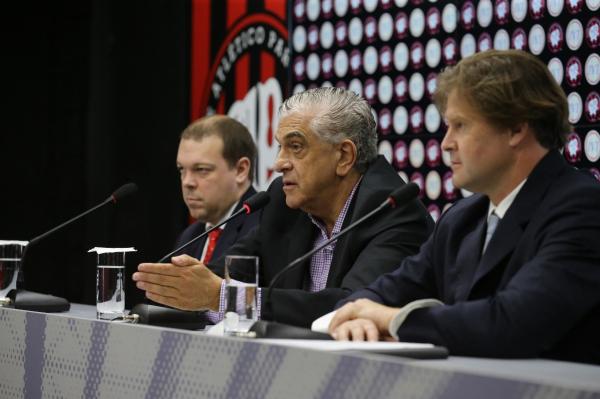 Petraglia (ao centro) na entrevista coletiva para anunciar a parceria com a Inoovi
