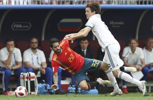 Mario Fernandes (\u00e0 direita) enfrenta a Espanha de Isco