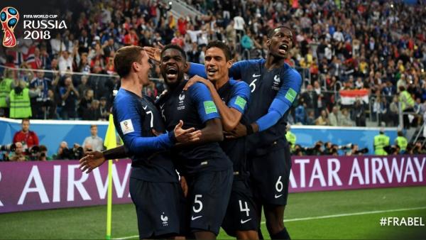 Jogadores franceses comemoram gol