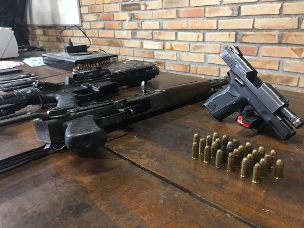 Policiais apreenderam um fuzil, colete a prova de bala, muni\u00e7\u00e3o e uma sacola com dinheiro picado. \u00a0\u00a0