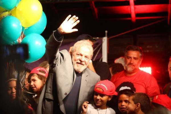 Preso em Curitiba, Lula é oficializado pelo PT como candidato à Presidência