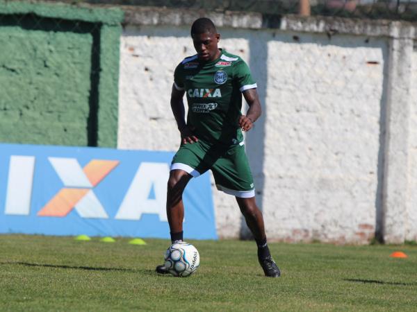 """Abner: lateral ganha nova chance no Coritiba"""