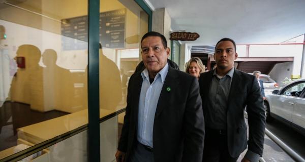 Em Curitiba, general vice de Bolsonaro sugere nova Constituição, mas sem voto popular