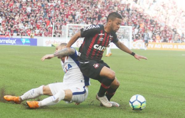"""""""Renan Lodi contra o Paran\u00e1 Clube: um dos destaques da partida"""""""
