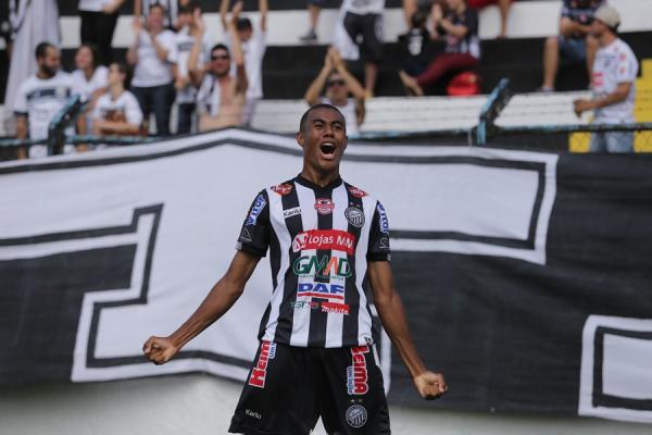 Erick comemora gol pelo Oper\u00e1rio