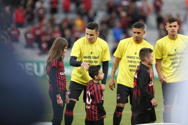 Jogadores do Atl\u00e9tico com camisas amarelas, antes do jogo com o Am\u00e9rica-MG