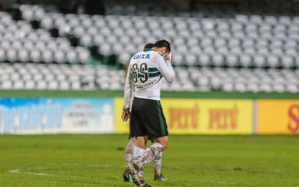 Jogador do Coritiba lamenta o empate com o CSA, no Couto Pereira
