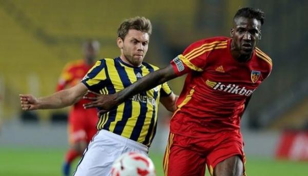 Dougl\u00e3o (\u00e0 direita) em jogo do Kayserispor, da Turquia