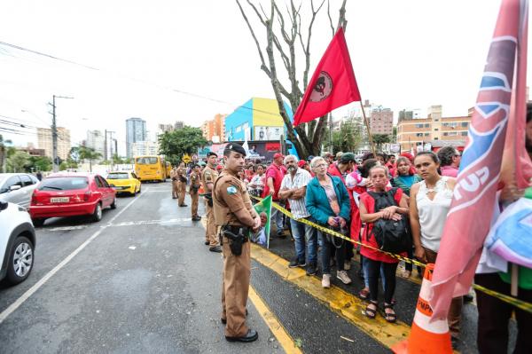 Manifestantes nas proximidades da sede da Justi\u00e7a Federal em Curitiba