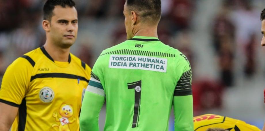Wilson com a camisa com provocação ao Athletico